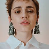 Graphite Glitter clips 🖤 make the order 👉DM/ДИРЕКТ  Captured by @polinaps Style @ilya.fesenko Mua @yevgeniyakozlova Model @fisunka  #Accentuate#glam#chic#collection#art#photo#style